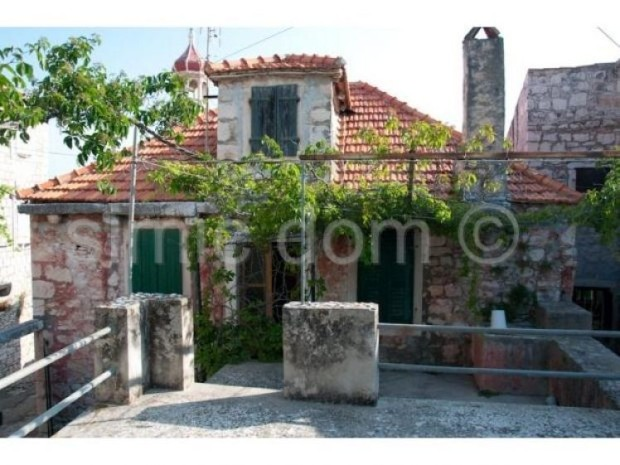 Sutivan stone house